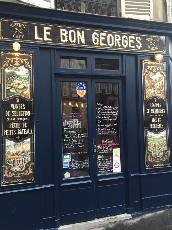 le Bon Georges est à inscrire parmi les bonnes adresses du quartier, tant au déjeuner qu'au dîner, puisque de surcroît, l'établissement prend les commandes jusqu'à 23h30, permettant ainsi de se restaurer après le théâtre.