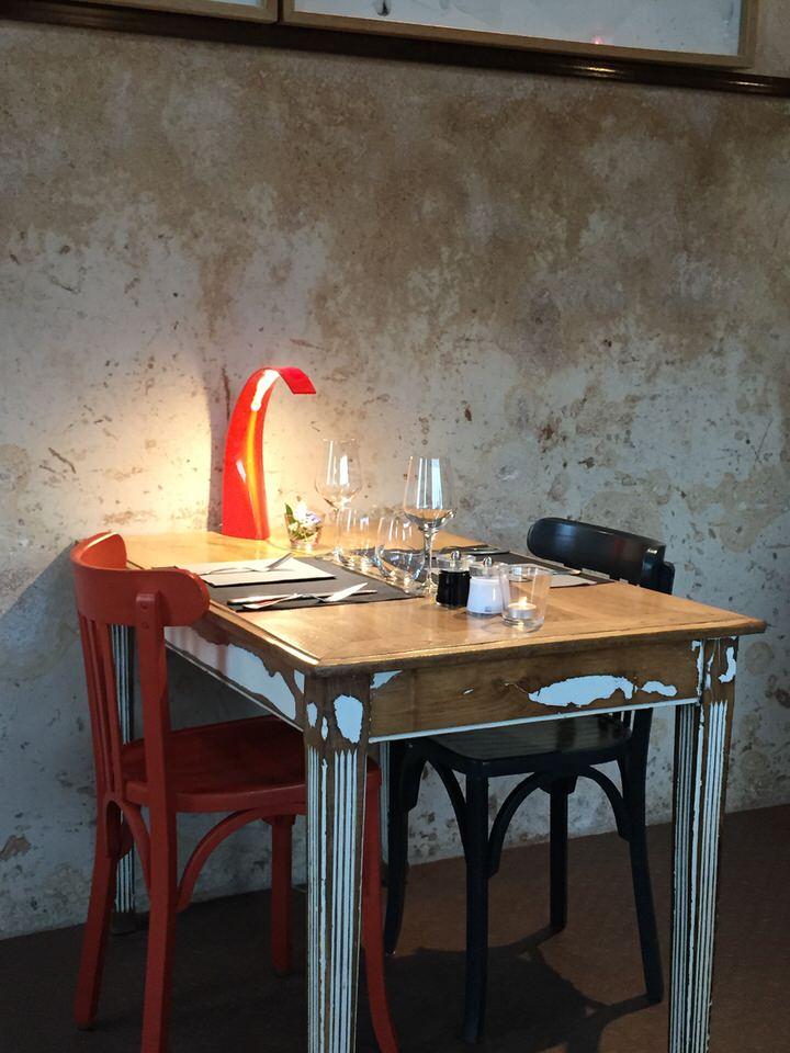 l'endroit est vivement conseillé pour les amateurs de produits marins, et de bons vins. Car si la carte est courte, les flacons sont bien choisis