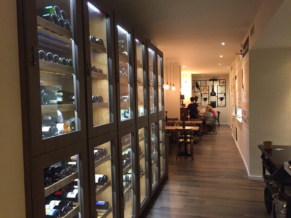 Un bar à vin où il fait bon vivre à deux pas de la Rambla. Des vins natures et une carte des Tapas qui respire la fraîcheur et la simplicité. Une excellente adresseavec un service vraiment agréable et une carte de Tapas appétissantes.