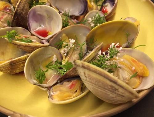 Cette table de poche met à l'honneur les hors d'œuvre marin, crustacé, coquillages, céphalopodes et poissons, tous présentés dans de délicates petites assiettes dédiées au partage et à la convivialité.