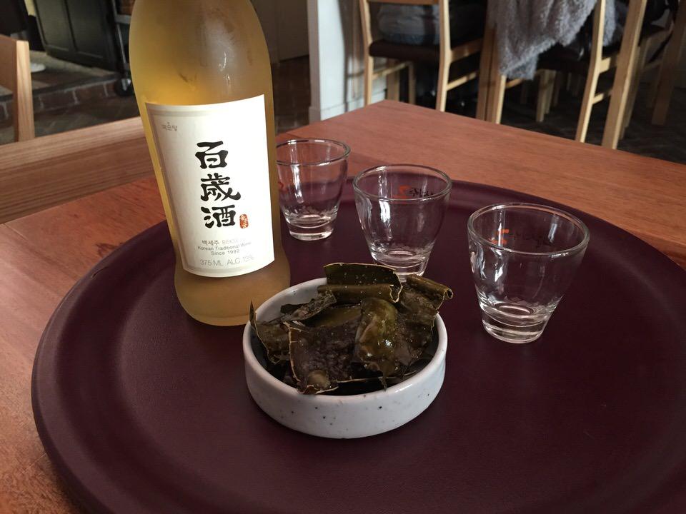 Le Bekseju est une boisson coréenne issue d'un brassage de riz gluant avec un mélange de douze épices qui lui confèrent sa saveur si particulière - Ginseng, Omija (baie rouge coréenne), réglisse, goji, astragale (famille des fabacées), gingembre, cannelle, et 5 autres gardées secrètes