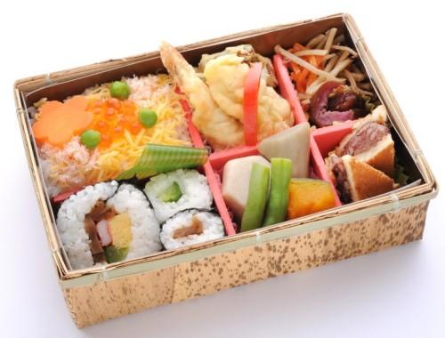 le premier ekiben réalisé, que nous connaissons sous le terme de bento, se composait d'onigiri (boulette de riz). Ekiben est en fait l'abréviation du terme « eki-bento » littéralement « la boîte repas de la gare ».