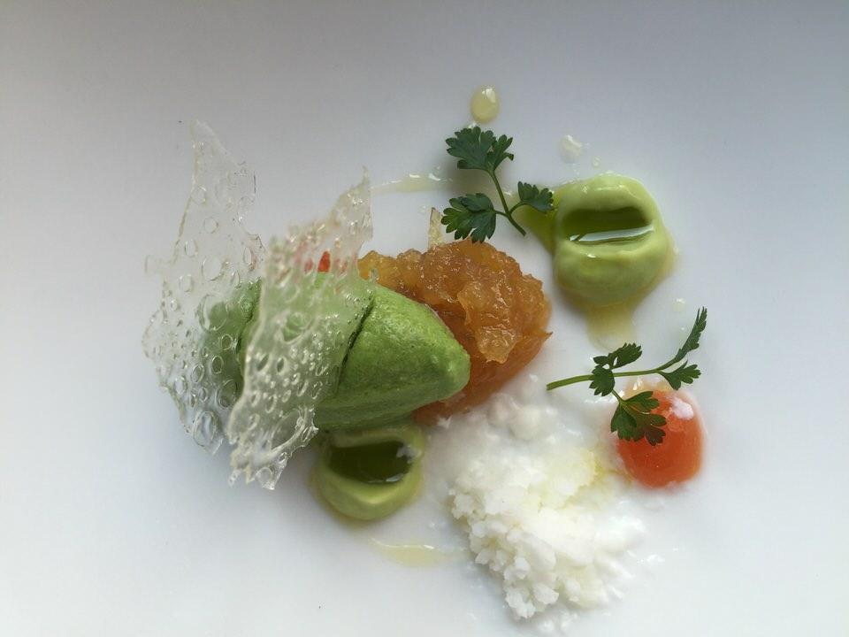 Dessert frais et léger, glace coriandre, pamplemousse yuzu confit, crème d'avocat, granité yaourt glacé