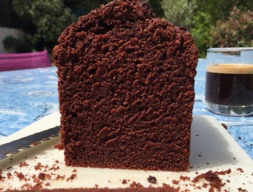 Ce cake au chocolat s'adresse aux amateurs de saveur brutes de cacao. Il est volontairement peu sucré mais la recette peut être simplement modifiée selon vos goûts