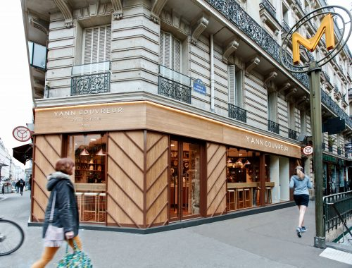 C'est dans un quartier qu'il connaît bien – pour y avoir vécu – que Yann Couvreur a choisi d'ouvrir sa première boutique. En plus d'un profond désir d'être chez lui, le jeune pâtissier avait comme envie de : « proposer un contrepied du Palace »
