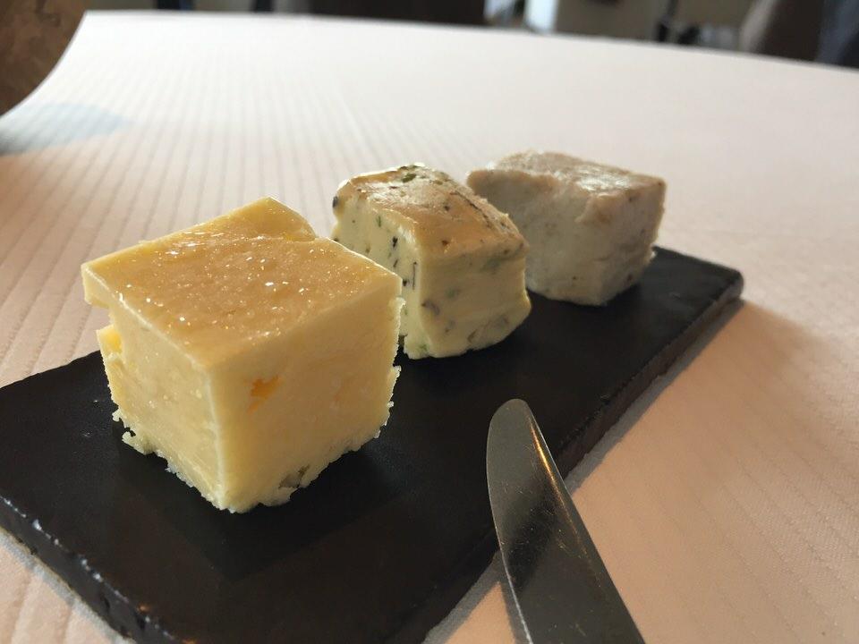 De gauche à droite, beurre demi sel, aux algues, graisse de porc