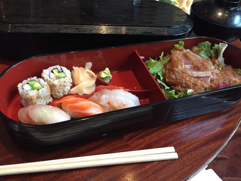 Les sushis, makis et salade de sashimi