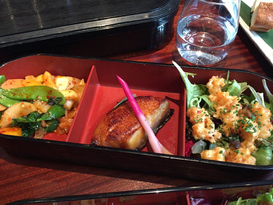 Les légumes sautés, le black code et les tempuras de crevettes