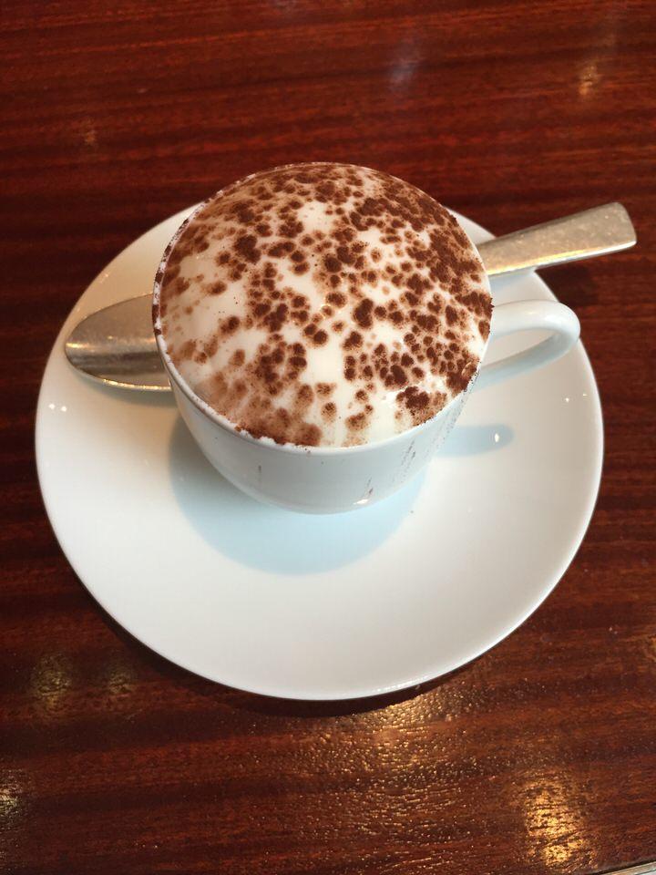 Le dessert signature, le cappuccino jouant sur les contrastes entre café et whisky