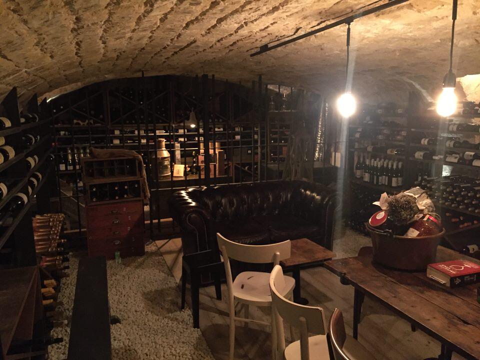 La cave du sous-sol pour les dégustations