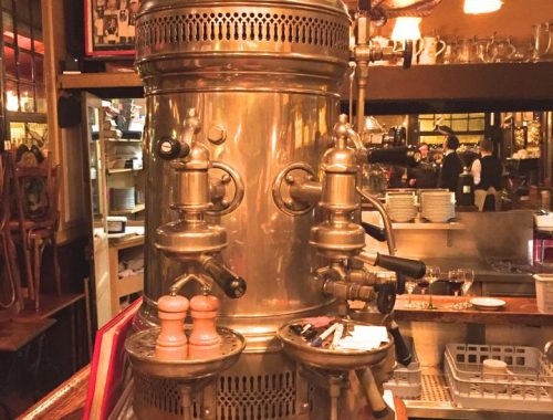 Installée depuis le début du XXe siècle sur l'île Saint Louis, la brasserie éponyme joue sur le charme de son ambiance surannée…