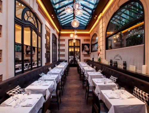 Les amateurs d'art et de vente aux enchères connaissent bien la maison Artcurial installée à l'angle de l'avenue Montaigne et du Rond Point des Champs Élysées mais peu de parisien qu'elle cache restaurant en son sein...