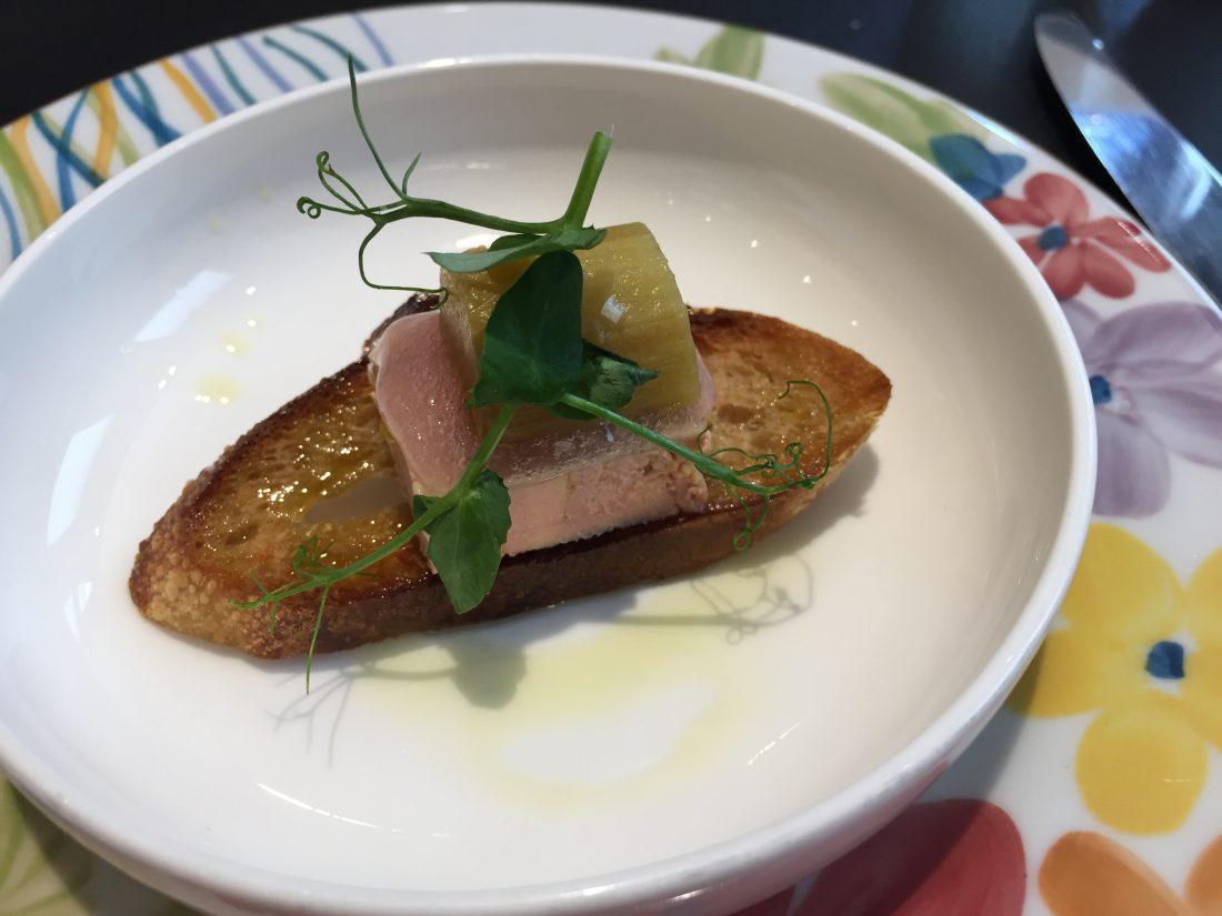 Mise en bouche, tartine de foie gras et rhubarbe ©tanguy