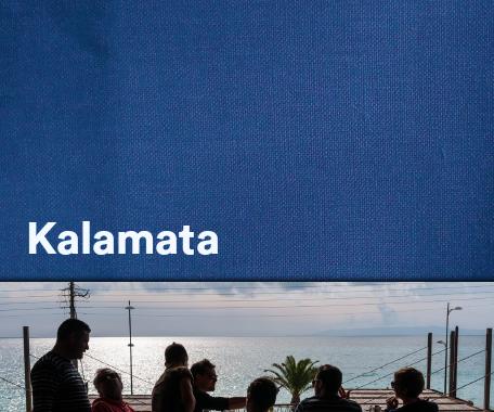 ce livre attirera forcément par sa couverture d'un bleu profond, son titre KALAMATA, écho aux sublimes olives, et par ses trois mots, La cuisine, la famille et la Grèce, inscrits en blanc... à eux seuls une invitation au voyage.