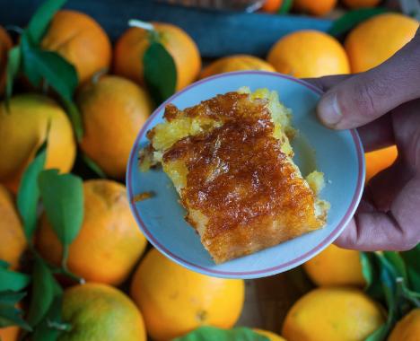 """Cetterecette de """"portokalopita"""" - gâteau à l'orange - extraitedu livre Kalamata est celle de Yaya Giannoula, une vieille femme vendant des oranges dans unkiosque"""