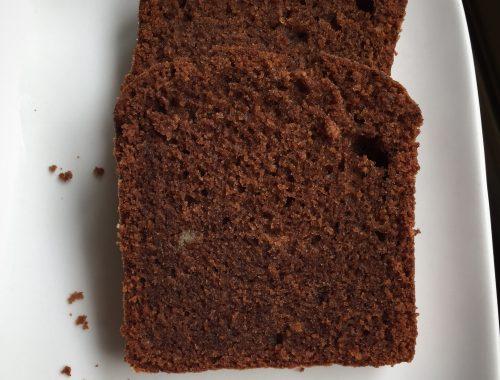 Voici un cake dont je suis assez fier ! J'ai travaillé longtemps pour obtenir ce résultat d'une mie moelleuse et légèrement avec, dans le cas présent, un bon goût de chocolat, finement relevé par l'orange