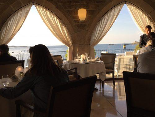 Le Yachtman, restaurant de l'hôtel Le Britanny à Roscoff, offre certainement l'un des plus beau panorama de la région. Étoilée par le guide Michelin, la cuisine de Loïc Le Bail se tourne vers le large