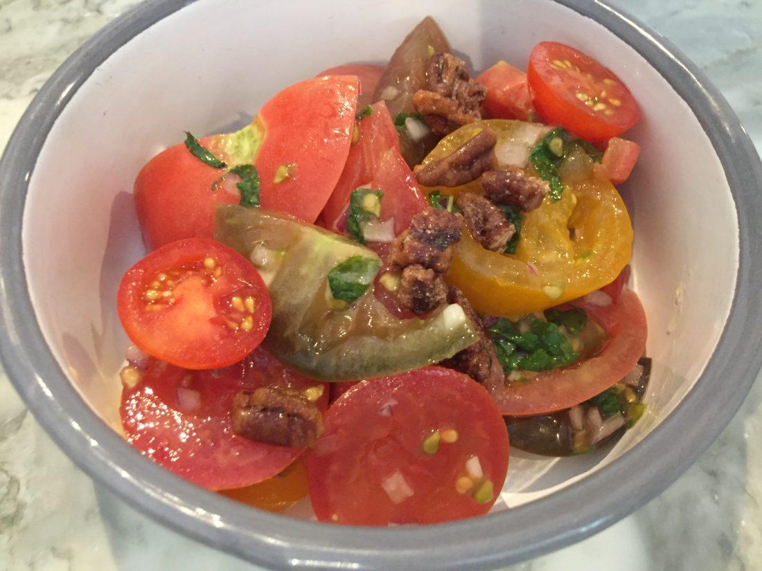 Excellente salade de tomates, menthe fraiche et noix de Pécan ©mtanguy
