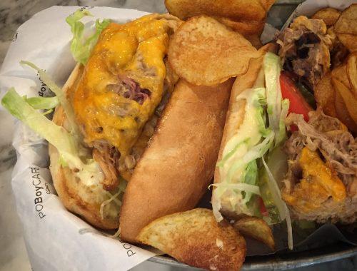 Installé au rez-de-chaussée de Two Stories, le nouveau restaurant de Rachel Moeller, la fondatrice de Rachel's Cake, le Po Boy café vous immerge le temps d'un déjeuner dans l'univers gastronomique de la Nouvelle Orléans