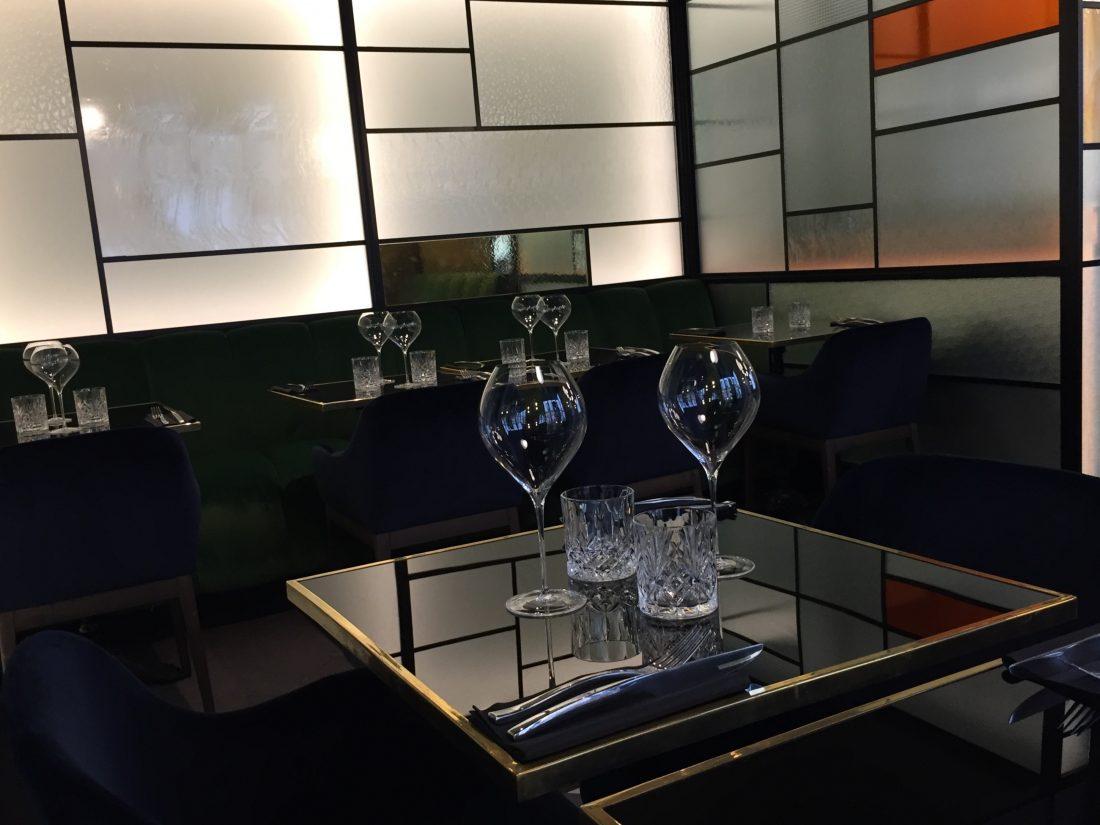 Belles tables et verres élégants ©mtanguy