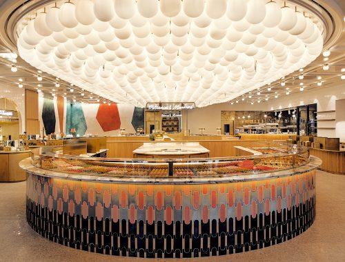 C'est au 86 avenue des Champs Élysées que Pierre Hermé vient d'ouvrir sa nouvelle boutique. Un espace de 1000 m2, agencé par Laura Gonzalez, qui associe deux univers...
