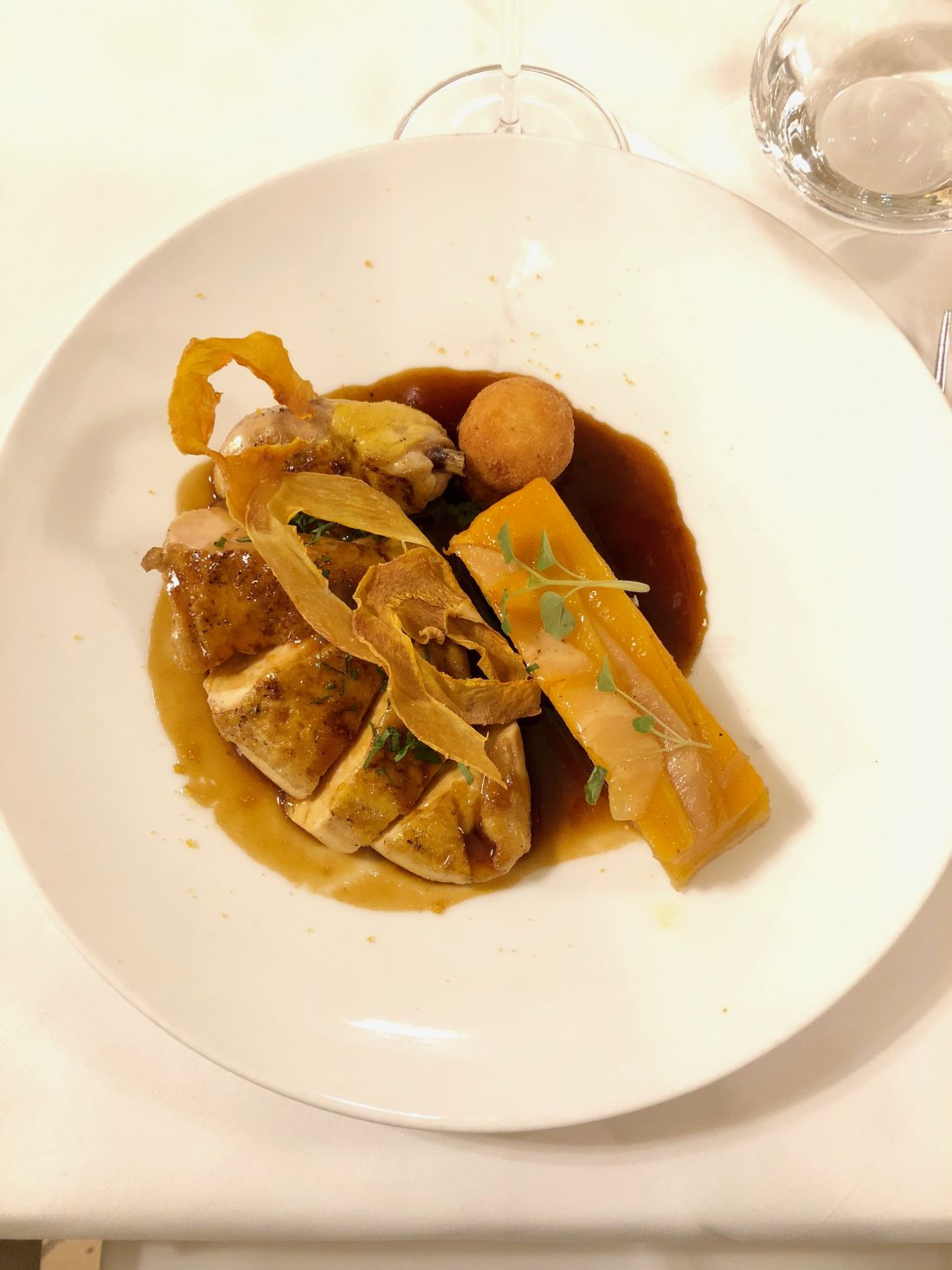 Suprême de poulet, millefeuille de butternut, céleri et oignon ©mtanguy