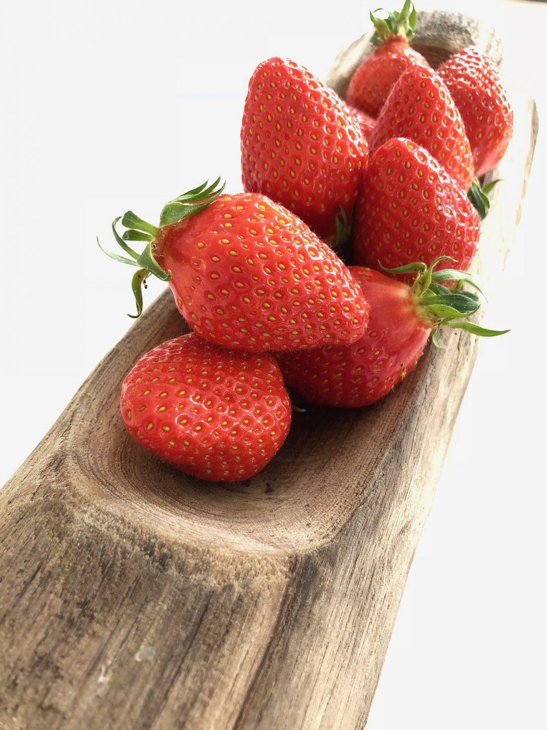 Difficile aujourd'hui de savoir vraiment à quel moment pousse les fraises, puisqu'elles pointent le bout de leurs akènes dès le mois mars à grand renfort de communication. Et surtout, impossible ou presque de connaître leur mode de production