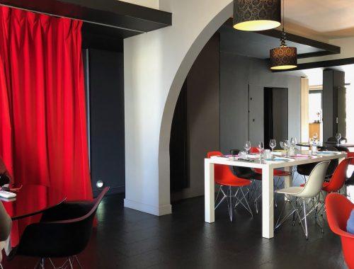 La table de Julien Cruège prend ses aises un peu à l'écart du centre-ville de Bordeaux...Une sallemoderne et lumineuse ouvertesur jardin,