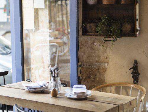 Installé depuis trois ans dans une rue discrète du 18ème arrondissement, Uptown a trouvé son rythme entre simplicité, convivialité et assiettes à partager