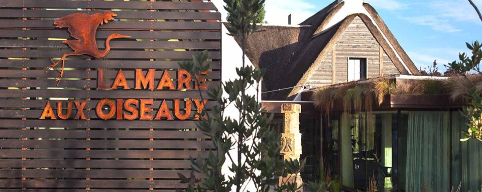 Le restaurant se compose de trois univers, une salle lumineuse ouverte sur la rue, habillée de tentures de soie sauvage, un salon cosy à l'atmosphère plus feutrée, et une agréable véranda près du jardin