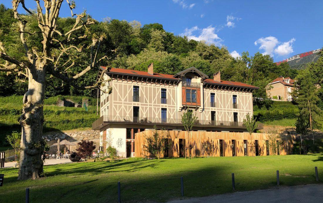 Après 20 ans passés comme chef des Terrasses, le restaurant étoilé du Grand Hôtel d'Uriage-Les-Bains, Christophe Aribert est désormais dans sa maison,